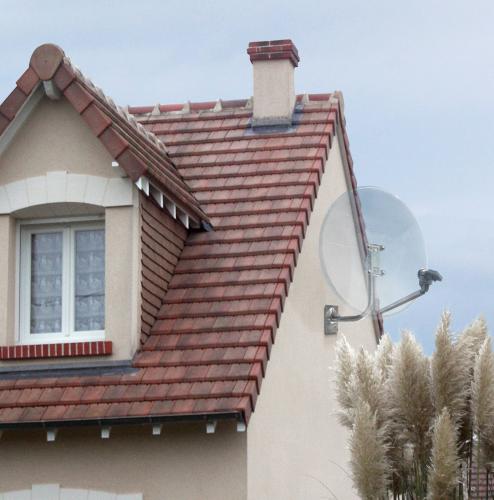 Travidebla anteno satelita sur domo